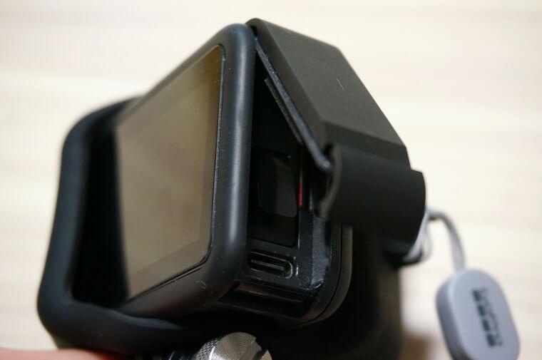 GoPro HERO8用スリーブ+ランヤードをずらしてバッテリードアを開けたところ