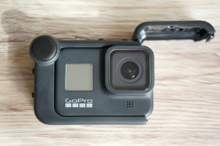 GoProメディアモジュラーにHERO8を装着するところ