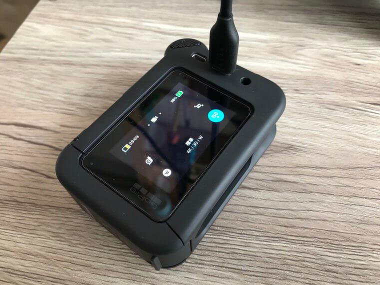 GoProメディアモジュラーで充電しているところ