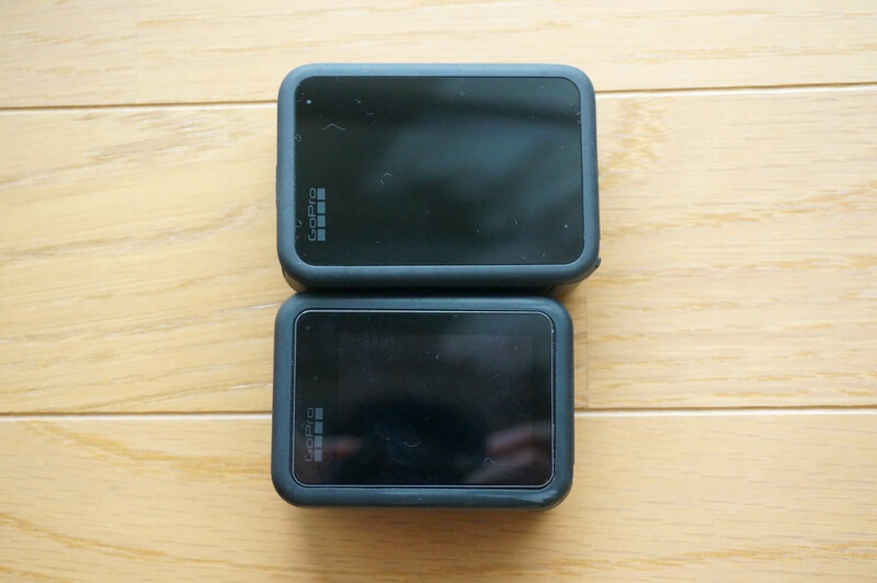 HERO9 BlackとHERO8 Blackを並べてタッチスクリーンの大きさを比較しているところ