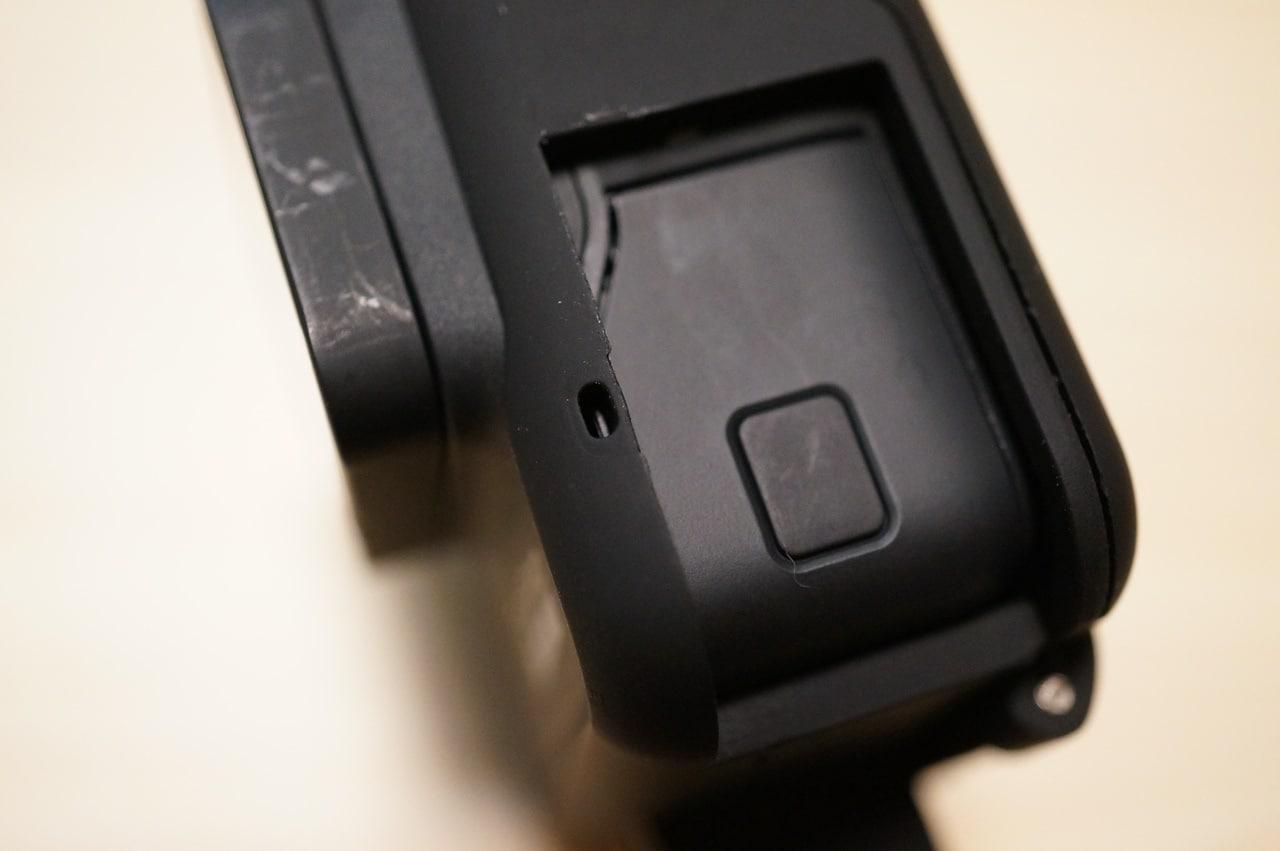 ディヤードフレームケースのマイク穴左側