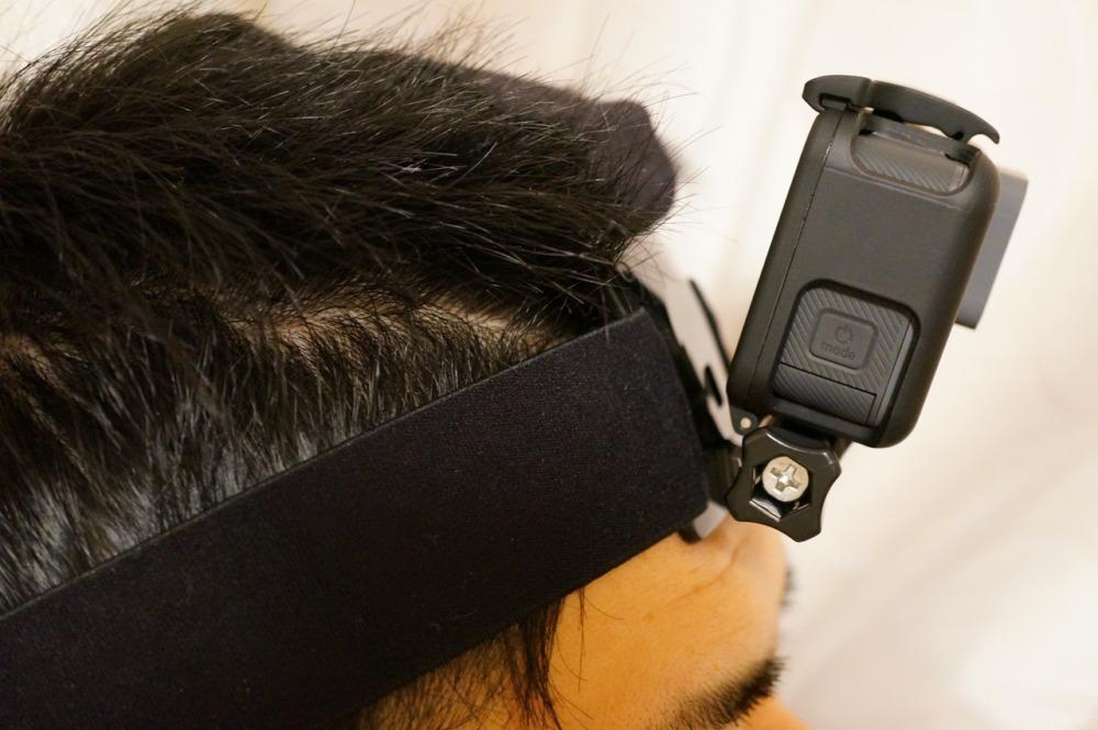 ヘッドストラップを頭に装着して角度をつけてみる
