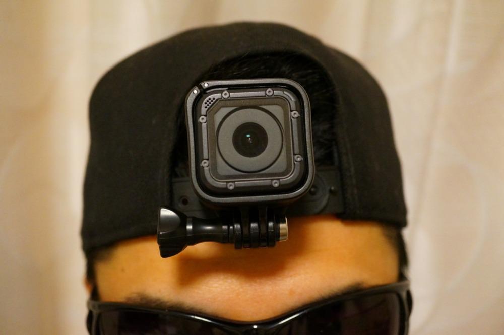 帽子の後部にクリップで装着