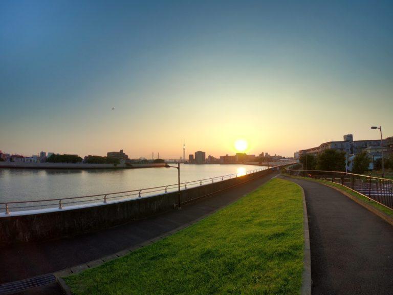 川沿いから撮影した夕暮れとスカイツリー