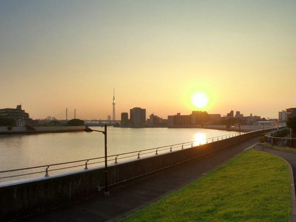 川沿いから撮影した夕暮れとスカイツリーをズームで撮影