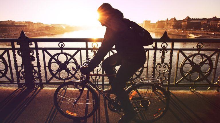 自転車に乗る男性