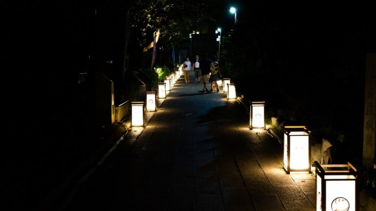 参道の江ノ島燈籠