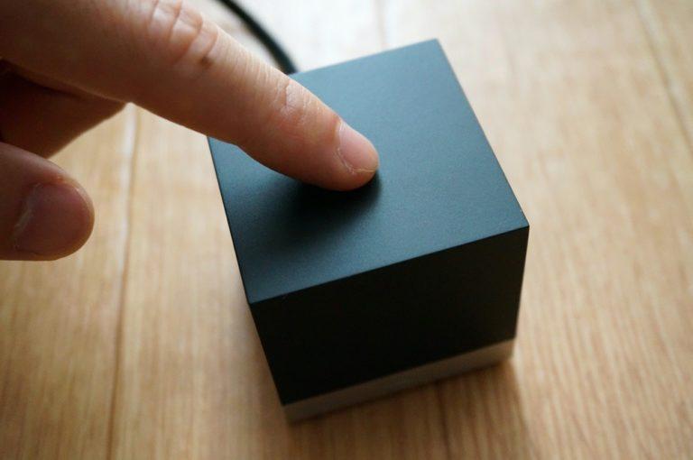 Magic Cubeの上部を押しているところ