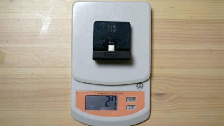 ニンテンドースイッチ充電スタンドの重さを測っているところ