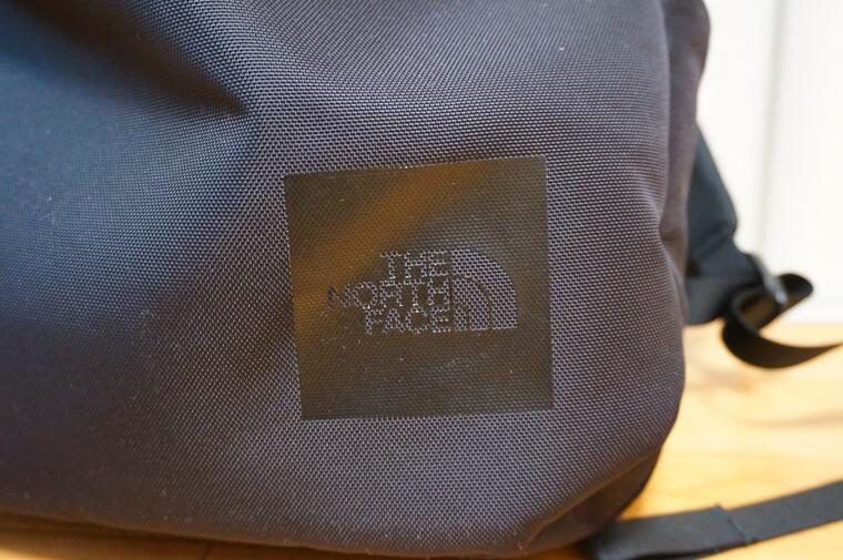 ノースフェイスのシャトルデイパックのロゴ