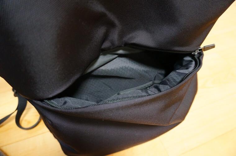 ノースフェイスのシャトルデイパックの背面ポケット