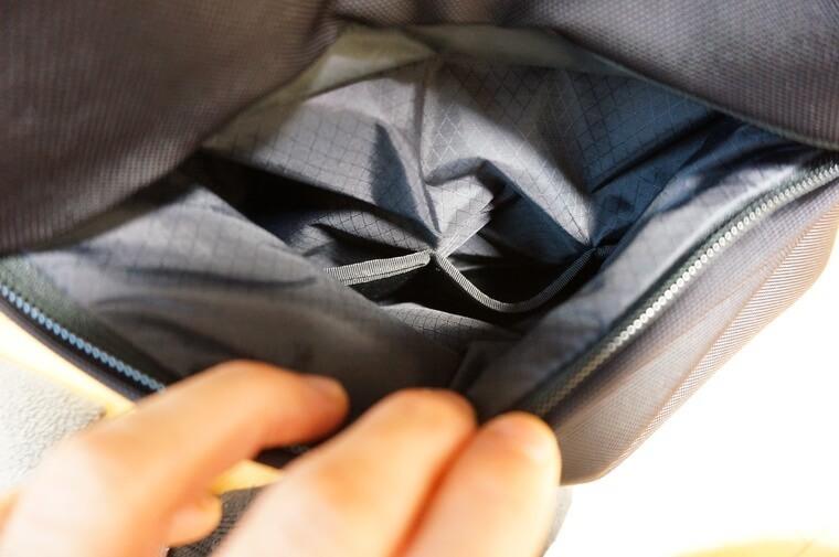 ノースフェイスのシャトルデイパックの背面ポケットの中身