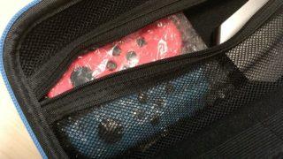 ジョイコンを緩衝材で包んで持ち運びケースに入れているところ