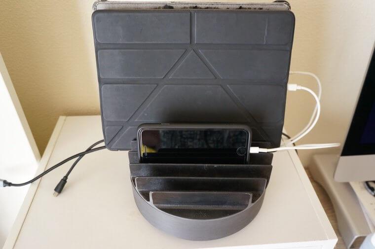 NuAns COLONYマルチ充電トレイで充電をしているところ