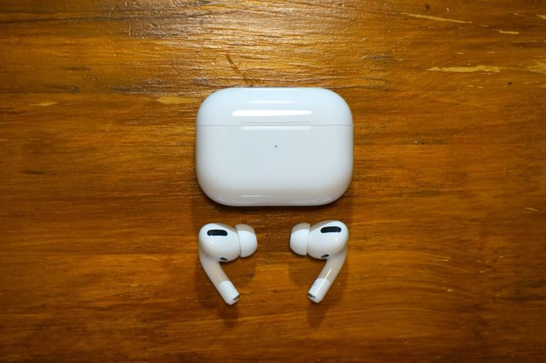 AirPods Pro本体とバッテリーケース