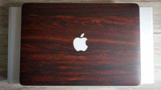 Mac用アルミスタンドにMacBook Proを乗せたところ