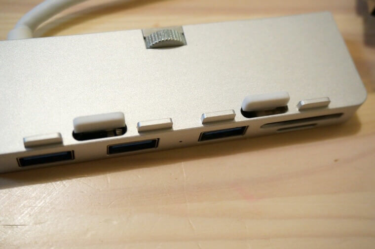 AnikksのiMac用USBハブ上部の万力