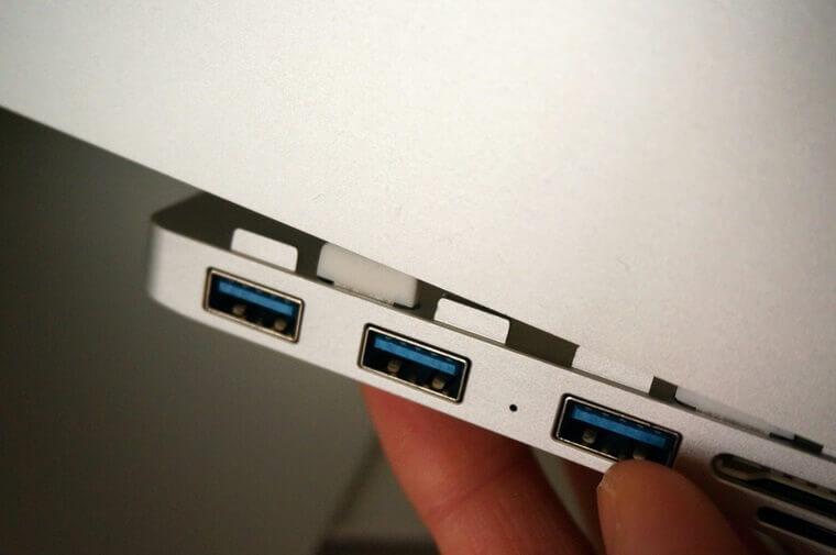AnikksのiMac用USBハブをiMacの溝に差し込むところ