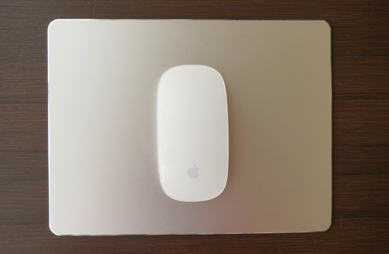Mac用アルミマウスパッドにMagic Mouseを乗せたところ